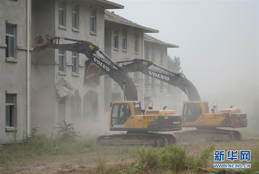 8月14日,大型机械对西安市鄠邑区蒋村镇的违建别墅进行拆除.