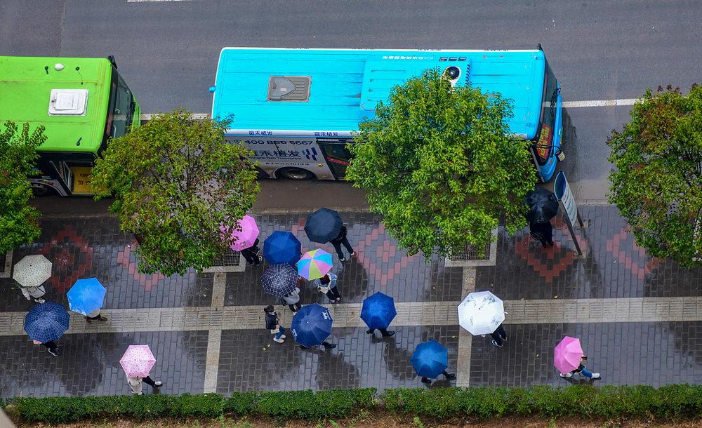 西安迎来降雨降温天气 俯瞰上班族雨